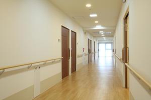 まどか浦和上木崎 すっきりと清潔感のある廊下、手すりを使用してのリハビリも行います。