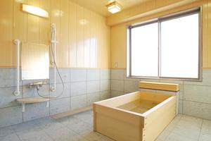 アリア久我山 お風呂は館内に全部で4ヶ所ございます。一番の人気は檜風呂。ゆったりとした癒しのスペースでございます。