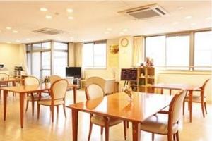 まどか本八幡東 お食事はホーム内で調理し、できたてをご提供。明るいリビングで、心地よくお召し上がりいただけます。