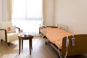 グランダ南山 お一人でご入居いただけるタイプのお部屋。介護用電動ベッド、クローゼットなど生活に必要な設備が備え付けられています。冬にはうれしい床暖房付きです。(※すべての居室にない設備もございます。)
