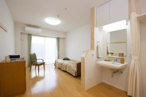 まどか有松 ご自宅で大切にされていた空間を、ぜひまどかでも。ご自宅のようなくつろぎと、快適にお過ごしいただくためのお部屋をご用意しております。