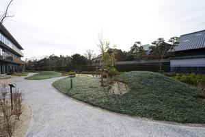 まどか有松 エントランスラウンジや、各階のリビングから眺めることができる「有松庭園」。ホームにいながらにして、豊かな四季の表情を感じることができます。小川を挟んだ向こう側には、旧東海道の町並みも眺めることができます。