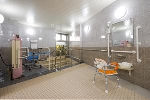 メディカルホームまどか汐路 1階の浴室です。入居者様のお身体の状態に合わせて、リフト浴、特殊浴槽をご利用いただきます。シャワーチェアや手すりも設置した仕様となっております。