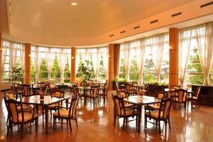 メディカル・リハビリホームボンセジュール小牧 レストランのような雰囲気の広いダイニングルームで、出来たてのお食事をお召し上がりいただけます。
