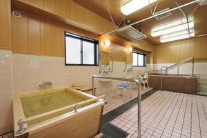 メディカル・リハビリホームボンセジュール小牧 お身体の状態やお好みに合わせて浴室が選べます。大浴槽、檜の香りを楽しむ檜風呂、プライバシーを大切にされたい方のための個人浴室、車椅子対応の特浴、寝台対応の機械浴などがあります。居室タイプによっては居室内にユニットバスがございます。