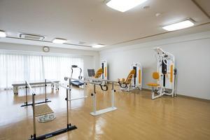 メディカル・リハビリホームボンセジュール小牧 広い機能訓練室を完備。機能訓練指導員による集団リハビリ体操、個別リハビリメニューとしてトレーニングマシンを用いた運動に力を入れています。