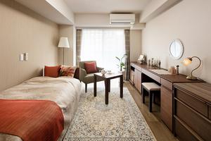 グランダ初台 シングルタイプの居室です。全部屋に床暖房、備え付け家具を配置しています。広さは約20㎡が中心ですが、一部28.5㎡のゆったりとした居室もご用意しています。