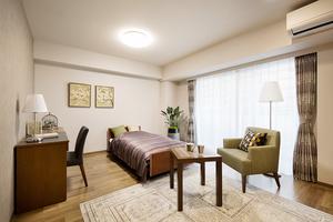 グランダ初台 シングルタイプの居室です。全部屋に床暖房、備え付け家具を配置しています。