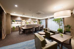 グランダ初台 皆様をお迎えする空間として、また、ご入居者様におくつろぎいただける空間として、明るい中にも落ち着きがあり、ゆったりとお過ごしいただけるような空間です。