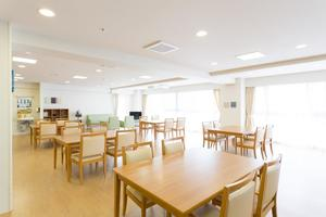 まどか武庫川 お部屋に隣接している、南向きのリビングです。ゆったりとした空間で、ご入居様それぞれのお時間をお過ごしいただけます。お食事やティータイムは皆様と一緒にご利用いただけます。
