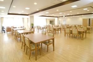 メディカルホームここち東岩槻 お食事や体操、アクティビティを行う大きなリビングです。とても開放的なスペースです。