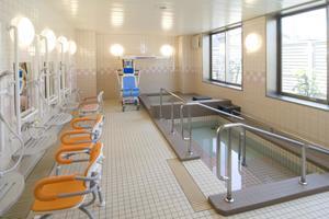 メディカルホームここち東岩槻 大浴場では、スタッフがお一人おひとりに届かないところのお手伝いをさせていただきます。リフト付きの大浴室も完備です。