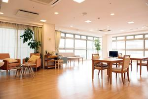 メディカル・リハビリホームまどか川口 2Fリビングルーム(食堂兼機能訓練室兼ねる)に、セルフサービスのcafeスペースを設けております。ご入居者様、ご家族様のくつろぎのスペースとしてご利用ください。