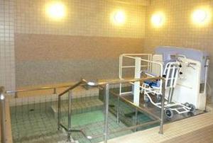 メディカル・リハビリホームまどか川口 お身体の状態に合わせた入浴方法でご入浴いただけます。リフト浴が難しい方はストレッチャー浴もございます。