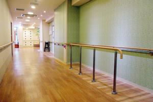 メディカル・リハビリホームまどか川口 1階の廊下に手すりを設置しリハビリに活用できるスペースにしています。歩行訓練などにご利用いただけます。