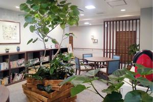"""グランダ夙川東 """"緑""""に囲まれながら読書を楽しんでいただけるスペースです。NPO法人情報ステーションにご協力いただいて、毎月新しい本にどんどん入れ替えておりますので飽きることなくご利用いただけます。"""