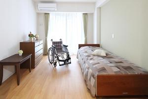 くらら西馬込 居室はすべて個室。介護ベッドやクローゼットなど生活に必要な設備が備え付けられています。(※すべての居室にない設備もございます。)