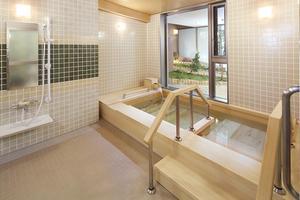 くらら西馬込 坪庭の景色を眺めながら、広めの檜風呂をご堪能いただけます。