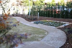 グランダ甲南山手 自慢の中庭です。お散歩しながら四季折々の植栽がお楽しみいただけます。