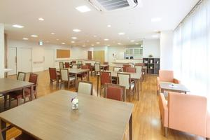 リハビリホームまどか戸田 リビングルームはお食事の場所として、また日々のアクティビティ活動の場としてご使用いただいています。