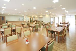ここち稲毛 明るい空間でお食事をお楽しみいただけます。イベントなども多彩に楽しめる開放的なスペース。