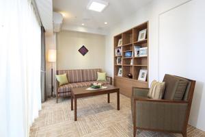 リハビリホームグランダあざみ野 ご家族様との会食や寛ぎのスペースとしてご利用ください。ソファもあり、ゆったりとした空間です。(事前予約制・無料)