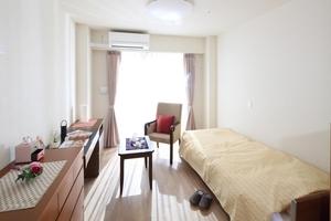 メディカルホームまどか草加 居室の広さは18.0㎡〜18.6㎡。収納家具、冷暖房設備、カーテン、介護用電動ベッド、温水洗浄機能付きトイレが完備されています。