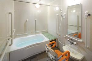 メディカルホームボンセジュール山鼻 1階には個人浴室も完備しております。手すりもあり、安心できる環境のもとご入浴いただけます。シャワーチェア、手すりの上げ下げが可能で、浴槽へも無理なく入ることが可能です。お一人で入ることも、お一人での入浴に不安がある方は、スタッフでのお手伝いも可能です。