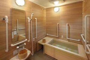 メディカルホームボンセジュール山鼻 「メディカルホームボンセジュール山鼻」には檜風呂もあり、檜の香りで大自然にいるような時を過ごせます。手すりも個人浴槽同様に設置され、ご入居者様からも大変人気なお風呂です。