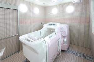 メディカルホームボンセジュール山鼻 車椅子をご利用されている方向けに、特殊浴槽も完備しております。より安心に入浴を楽しむことができ、浴槽内にはジェットバスもあり、リラックスした時間を過ごすことができます。