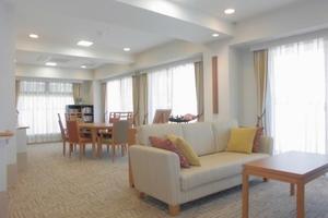 リハビリホームグランダ甲子園弐番館 憩いの場としてのティールームと多彩なアクティビティに対応するレッスンルームとして利用しています。