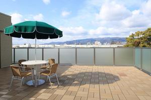 リハビリホームグランダ甲子園弐番館 遠く六甲山を望むオープンテラスです。
