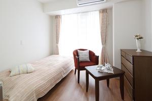リハビリホームグランダ摂津本山 介護用電動ベッドやクローゼットなど生活に必要な設備が備え付けられています。4Fにはシャワーブースとミニキッチンも設置されています。(※すべての居室にない設備もございます。)