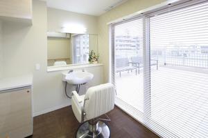 リハビリホームグランダ摂津本山 有料訪問理美容サービスを受ける際にご利用いただけます。ほぼ毎月、外部から美容師さんや理容師さんが来てくださいます。(各種の外部サービス〔利用者実費負担〕を受けるための部屋)