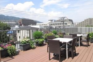 リハビリホームグランダ摂津本山 屋上ウッドデッキは菜園となっています。収穫できたものはご入居者様に召し上がっていただいています。