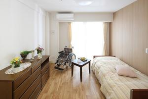 グランダたまプラーザ 全室個室のバリアフリー設計でトイレには手すりを設置しています。壁や床は落ち着いた色合いのプライベート空間です。