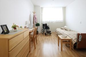 リハビリホームボンセジュール植田 介護用電動ベッド、冷暖房設備、温水洗浄機能付トイレが標準装備された居室は18㎡程度の個室で大切なプライベート空間です。
