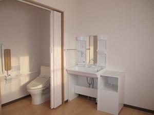 有料老人ホームチアフル西館(旧名称:ケアホームおひさま) 手すり付きのトイレは要介護の方も安心の設備。洗面台も居室内にあり、朝の身だしなみも簡単です。