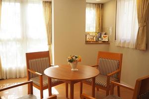 まどか武庫川 ご家族様とのご相談や、ご来訪者の方々とのおくつろぎの場としてご利用いただけます。ミニシアターとしても定期的に使用しております。