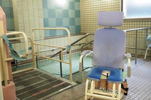 まどか武庫川 1階の大浴室です。介助が必要な方でも、専用車椅子にお座りのままでご入浴していただけます。ゆったりとしたスペースでおくつろぎいただけます。