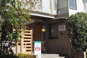 まどか武庫川 四季折々の花を飾り、皆様をお待ちしております。ご入居者様に苗植えしていただいた菜園コーナーも設置しております。