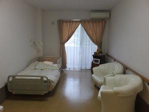 篠崎明生苑II 居室ベッド(寝具類含む)、カーテン、エアコンは備え付けとなります。