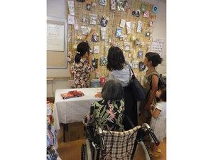 篠崎明生苑II 納涼祭年に1度の大イベント。職員が鉄板で毎年恒例の「やきそば」を作り、ご入居者様・ご家族様に振る舞います。