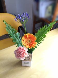 もえぎ西荻北 生け花 定期的にボランティアで生け花の先生が来て下さいます。こちらはご入居者の作品。生けたお花は、ご自分の部屋やホームの入り口に飾っています。
