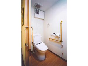 チャームスイート緑地公園 ウォシュレット・便座保温付きで使いやすい洋式トイレ。緊急時コールボタン・手すりも付いて安全です。