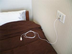 チャームスイート緑地公園 ベッド脇とトイレ内に緊急時コールボタンがあり、緊急時にも速やかに対応します。