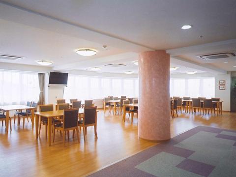 チャームスイート緑地公園 ご入居者様にお食事を召し上がっていただくスペースです。また、レクリエーションやおくつろぎの場としてご利用いただけます。