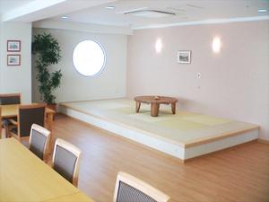 チャームスイート緑地公園 2階~4階の食堂横には、ちょっと寝転んだり、将棋をしたりとご入居者様におくつろぎいただける畳スペースを設けております。