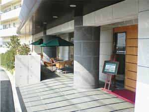 チャームスイート緑地公園 1階のテラスでは、やわらかな陽差しのなかで外の自然な空気に触れていただくことができます。