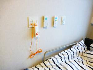チャームスイート宝塚売布 ベッド脇とトイレ内に緊急時コールボタンがあり、緊急時にも速やかに対応します。
